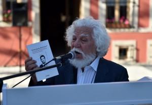 Ülkü Başsoy açılış konuşmasını yaparken, elinde Anacığım Merhaba kitabı. Çanakkale.